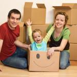 Eine Familie mit Kind, dahinter Umzugskartons