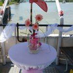 ein festlich dekoriertes Schiffsdeck für eine Hochzeit