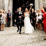 Das Brautpaar kommt aus der Kirche