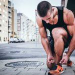 sportler bindet sich die schuhe